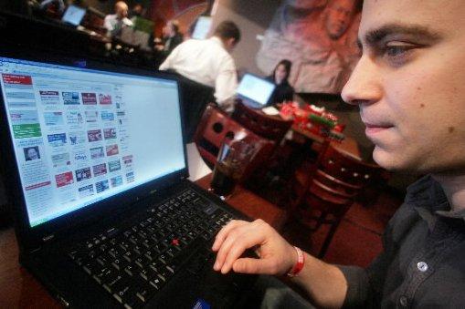 Un homme fait des achats en ligne... (Photo AFP)