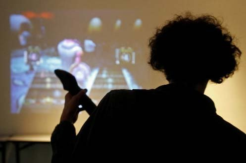 Un jeune adepte de jeu vidéo joue à... (PC)