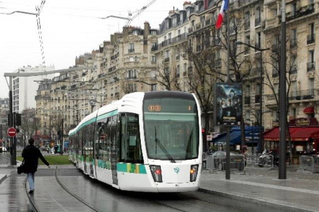 Le tramway de Paris... (Photo: AP/Remy de la Mauviniere)