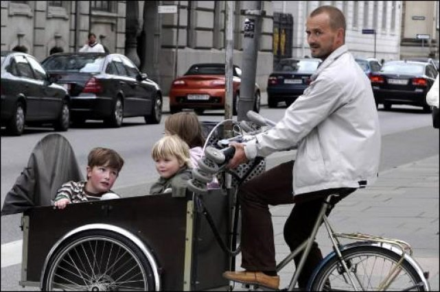 Un cycliste danois promène sa joyeuse marmaille à... (Photo Jean Goupil, La Presse)
