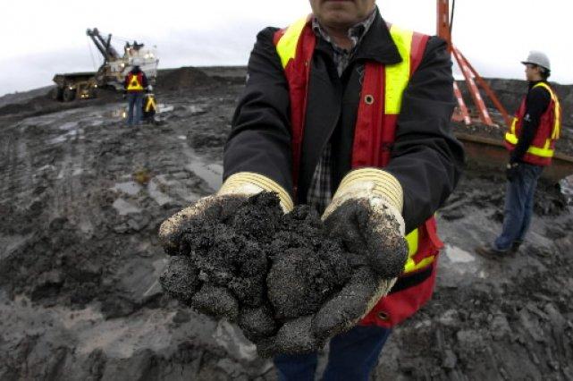 Bob Riggle montre du sable bitumineux extrait de... (Photo: Alain Roberge, La Presse)