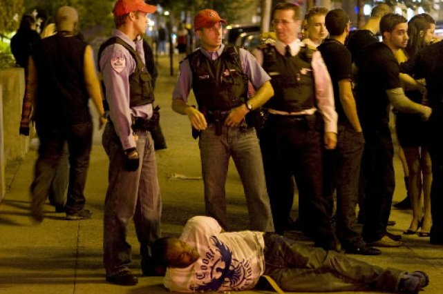Une arrestation au centre-ville de Montréal.... (Photo: Robert Skinner, La Presse)