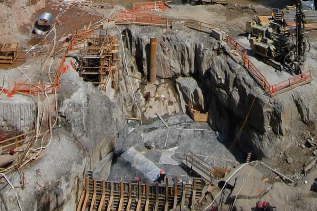 Les travaux d'excavation sur le site des défuntes... (Photo: Reuters)