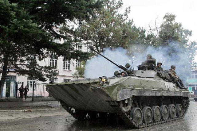 Un tank russe passe dans une rue de... (Photo: AFP)