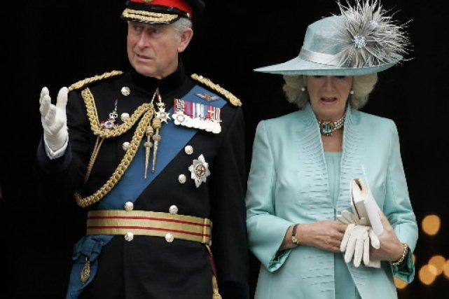 Le prince Charles et son épouse Camilla... (Photo: AP)