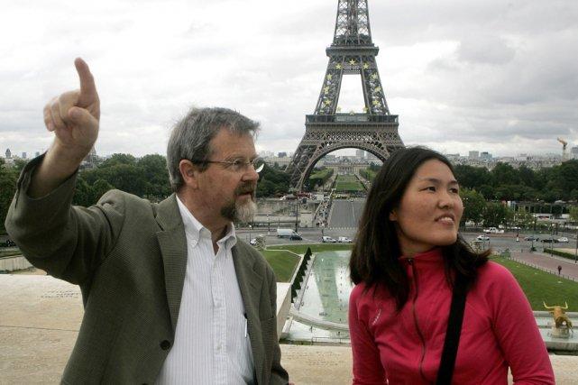 Christian Ragil de l'association Paris Greeters guide Ju... (Photo: AP)