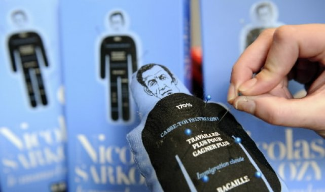 Des poupées vaudou à l'effigie du président Sarkozy... (Photo: AFP)