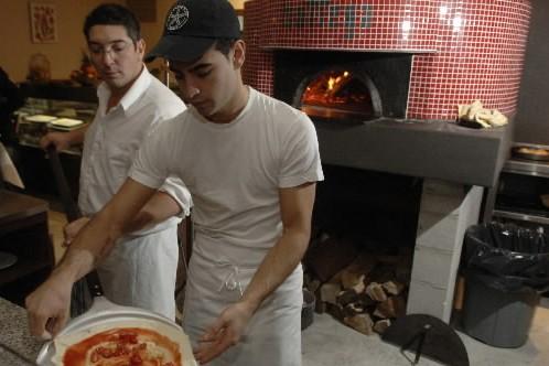 Le pizzaiolo Fabrizio Covone utilise son four à... (Photo: Martin Chamberland, Archives La Presse)