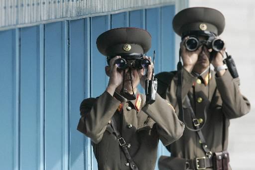 Deux soldats nord-coréens... (Photo: Reuters)