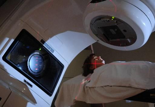 Une patiente passe un examen dans les accélérateurs... (Photo: archives La Presse)