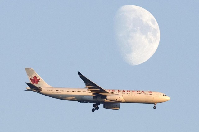 Les passagers d'Air Canada peuvent désormais visionner des films ou des... (Photo: Alain Roberge, archives La Presse)