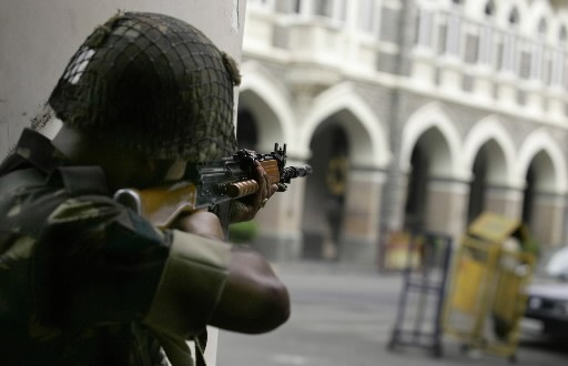 Un soldat est en position de tir près... (Photo: AP)