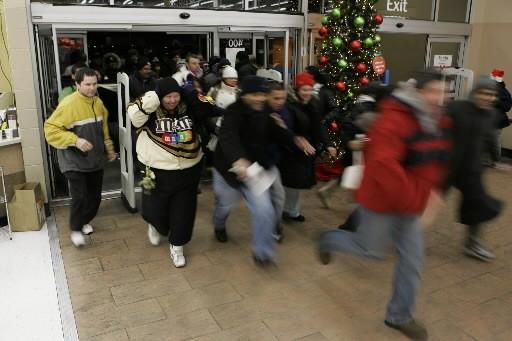 Des gens entrent en trombe dans un Wal-Mart.... (Photo: AP)