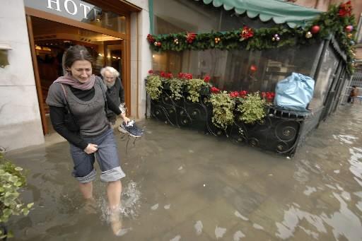 La mer a commencé à se retirer lentement de Venise aujourd'hui après avoir... (Photo: Reuters)