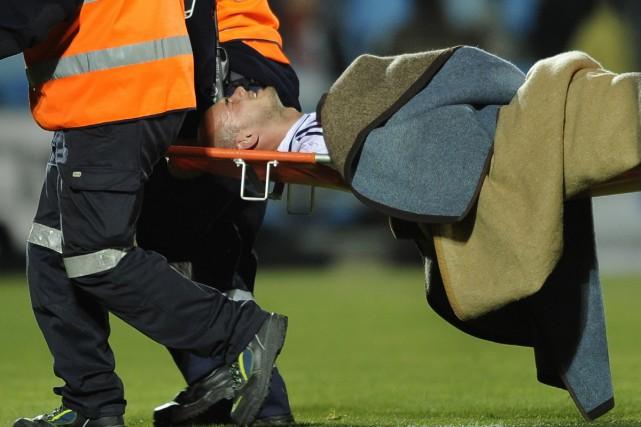 Wesley Sneijder quitte le terrain lors du match... (Photo: AFP)