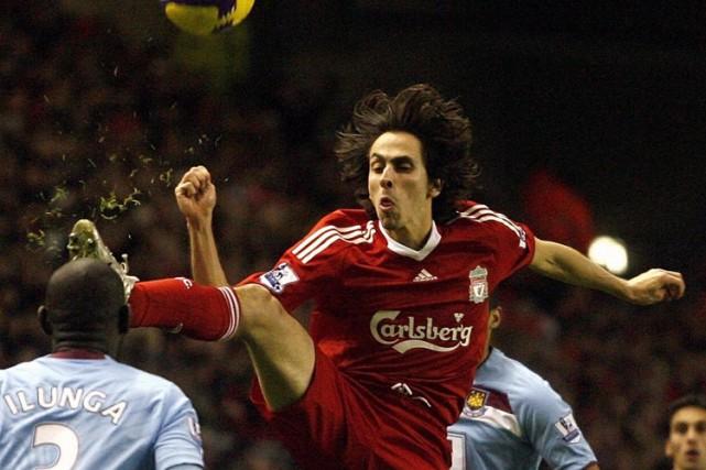Yossi Benayoun, de Liverpool, saute pour récupérer le... (Photo: AFP)