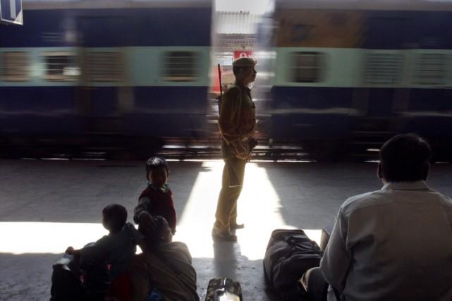 Un garde surveille la gare de Gauhati.... (Archives AP)