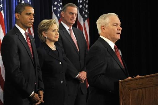 Robert Gates (à droite) a été reconduit à... (Photo: AFP)