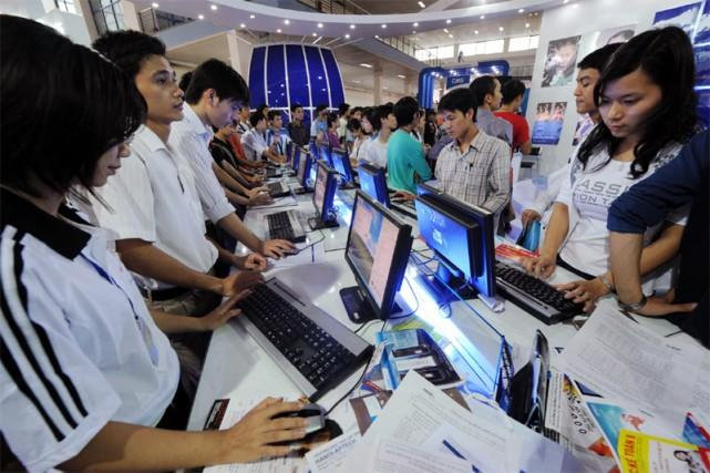 Des jeunes naviguent sur internet à Hanoi... (AFP)