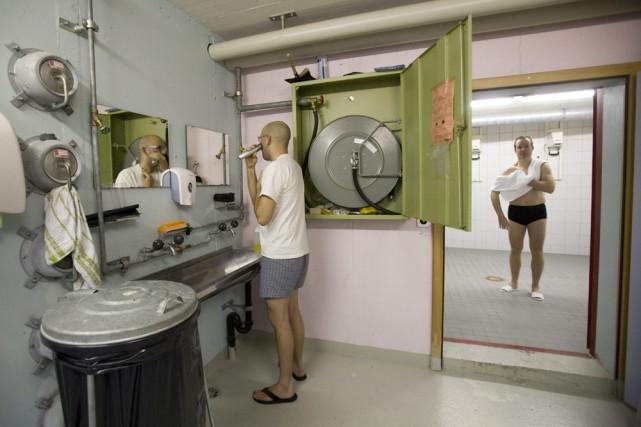 Holger «digmund se rase pendant que Peter Schulter... (Photo: AP)