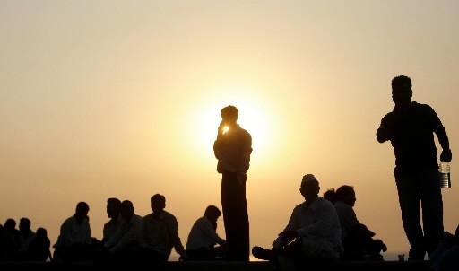 Des Indiens se reposent près de l'hôtel Trident/Oberoi,... (Photo: Reuters)