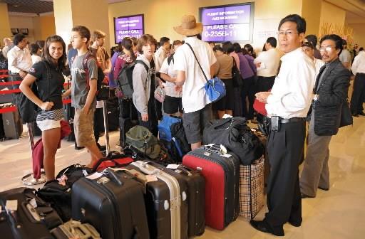 Des touristes attendent pour quitter la Thaïlande.... (Photo: AFP)
