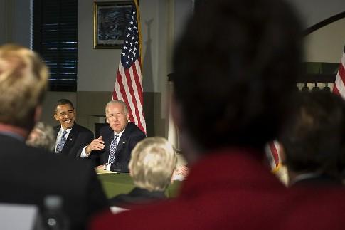 Sarah Palin écoute Joe Biden et Barack Obama.... (Photo: AFP)