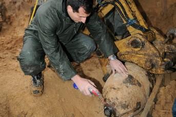 Un expert en explosifs déterre une bombe datant... (Photo: AFP)