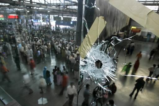 Des passagers sont aperçus par une vitre trouée... (Photo: AFP)