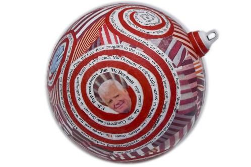 Cette boule de Noël rend hommage au démocrate... (Photo: AP)