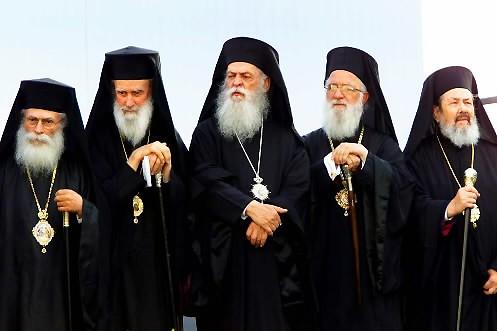 Des prêtres orthodoxes... (Photo: archives Reuters)