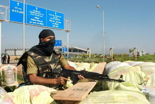 Un membre de commando indien monte la garde... (Photo: AFP)
