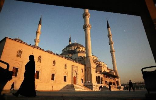 Une femme turque passe devant une mosquée.... (Photo: AFP)