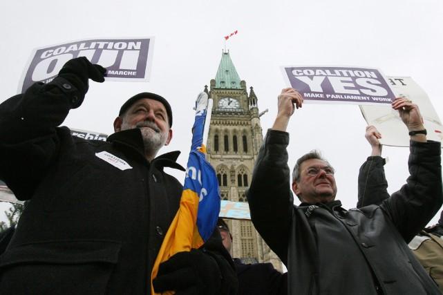 Deux travailleurs des Postes affichaient hier leur appui... (Photo La Presse Canadienne)