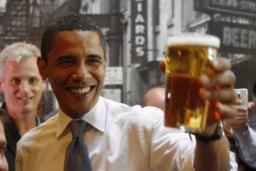Barack Obama prend une bière.... (Photo: Reuters)