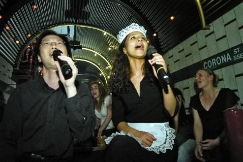 Des gens chantent dans un karaoke à Londres.... (Photo: Alain Roberge, archives La Presse)