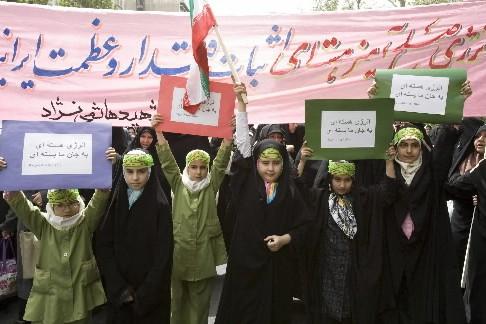 Des étudiants iraniens ont manifesté contre la politique du gouvernement... (Photo: Reuters)