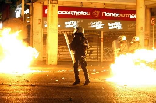 Un policier anti-émeutes... (Photo: AFP)