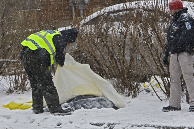 Des policiers recouvrent d'une bâche les corps des... (Photo: Ivanoh Demers, La Presse)