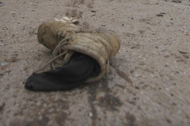 La botte d'une victime de bombe artisanale git... (Photo: Reuters)