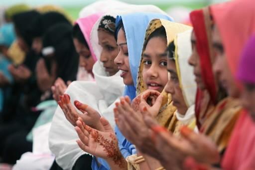 Des femmes du Bangladesh prient.... (Photo: AP)