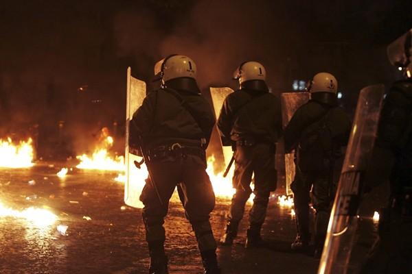 Pour la cinquième journée consécutive, les policiers antiémeutes... (Photo: AFP)