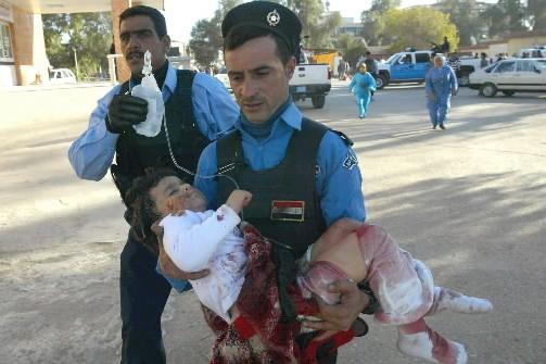 Une fillette blessée est transportée à l'hôpital.... (Photo: AFP)
