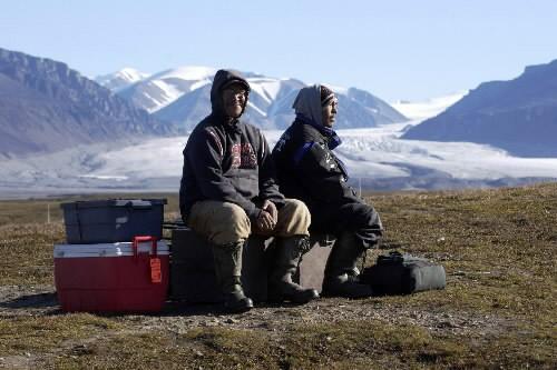 Deux inuits sur l'île Bylot surla terre de... (Photo Martin Chamberland, archives La Presse)