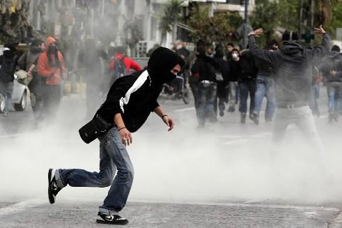 Des affrontements entre jeunes et policiers ont éclaté,... (Photo: AFP)