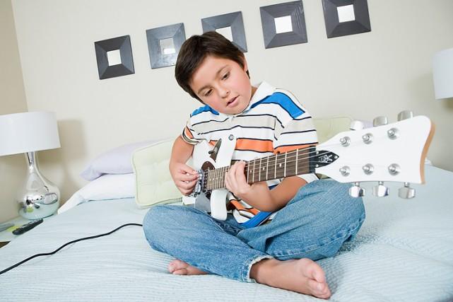 Apprendre la guitare permettrait à l'enfant hyperactif d'améliorer son...