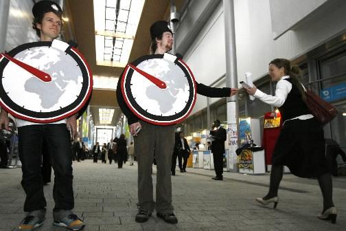 Deux hommes distribuent des dépliants à la Conférence... (Photo: Bloomberg News)