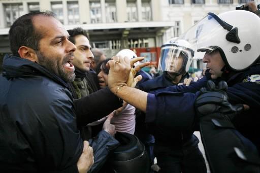 Des manifestants se sont heurtés aux policiers à... (Photo: AFP)
