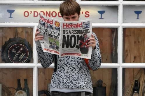 Un homme lit le journal au lendemain du... (Photo: Archives AP)