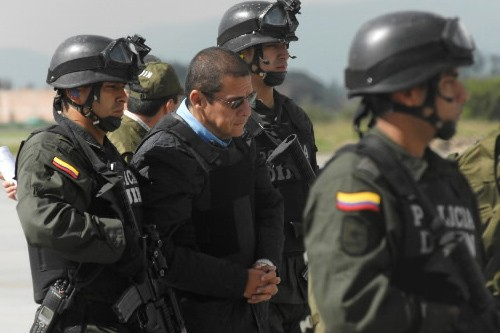 Diego Montoya est escorté par la police à... (Photo: AFP)